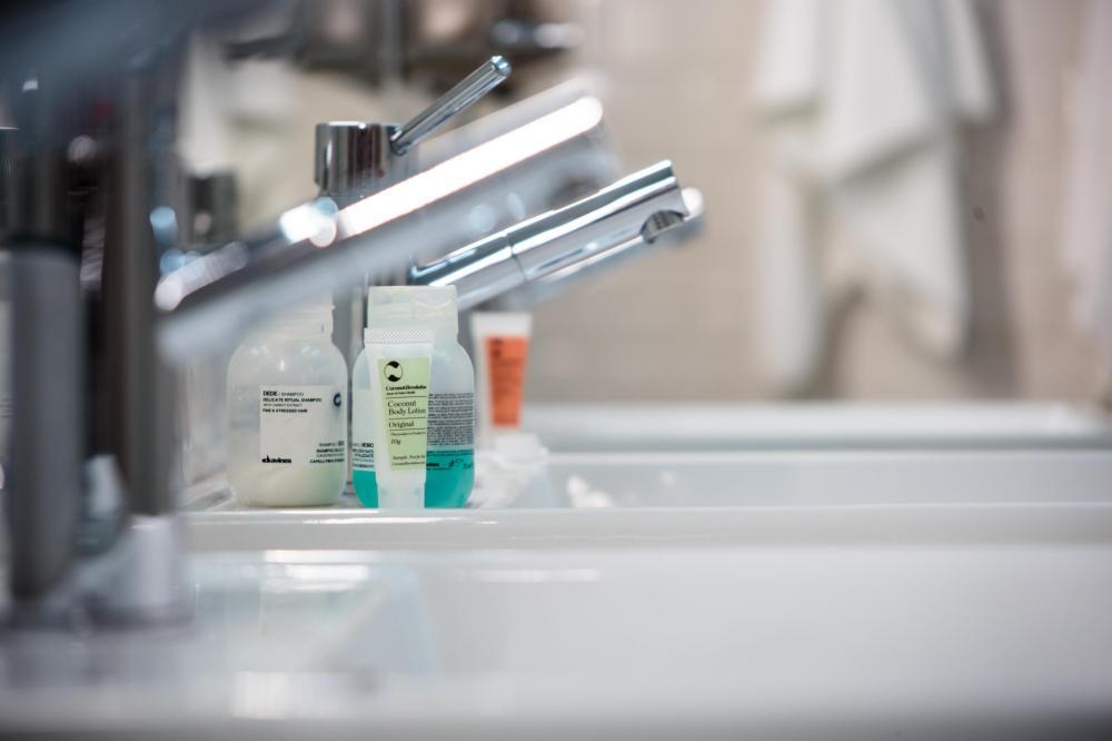 Zapewniamy mydło, żel pod prysznic, wieszaki oraz suszarki.
