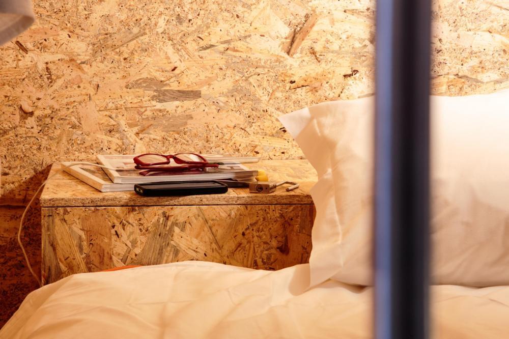 Wi-Fi, 2 gniazdka elektryczne, prywatne skrytki zamykane na klucz.