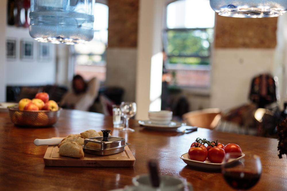 Razem z salonikiem tworzy obszerną strefę wspólną z dużym stołem, gdzie wygodnie zjesz posiłek.