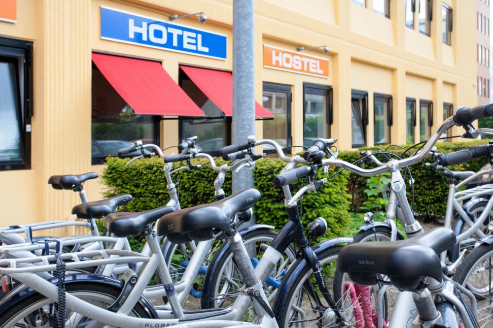 Zaparkuj rower przed naszym hostelem