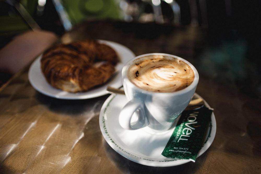 Można wybrać między Kawą/sokiem + kanapka/rogalik