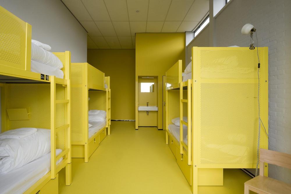 Nasze pokoje są wyposażone w łóżka piętrowe. Mamy pokoje 2, 4, 5, 6,8 i 12 osobowe.