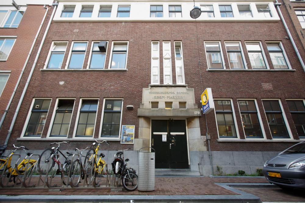 W naszym budynku mieściła się niegdyś szkoła podstawowa i jest przykładem klasycznej architektury Amsterdamu.
