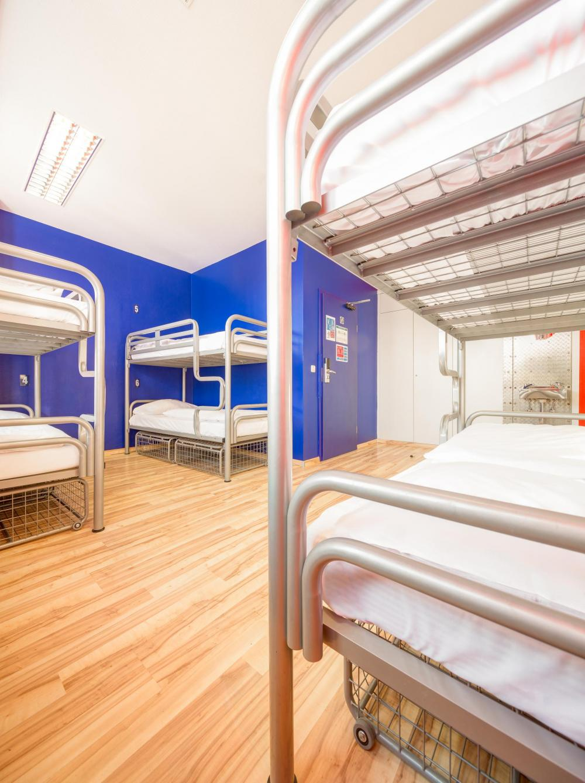niektóre łóżka mogą nie mieć wydzielonej szafki
