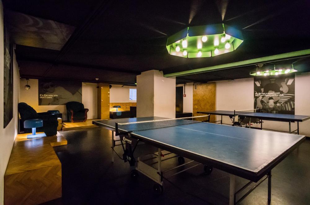 Stół do ping ponga w sali gier