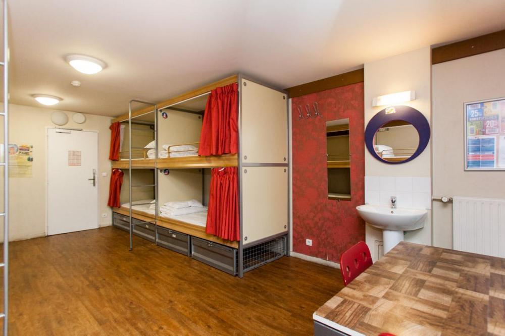 Dormitorium z łóżkami kapsułowymi