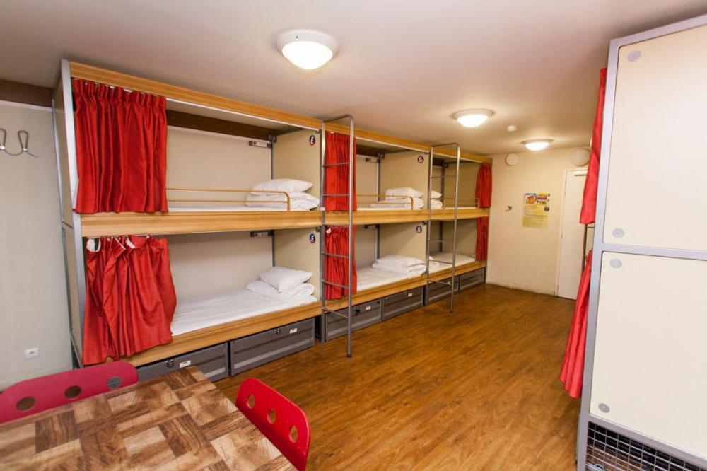 Łóżka w dormitorium